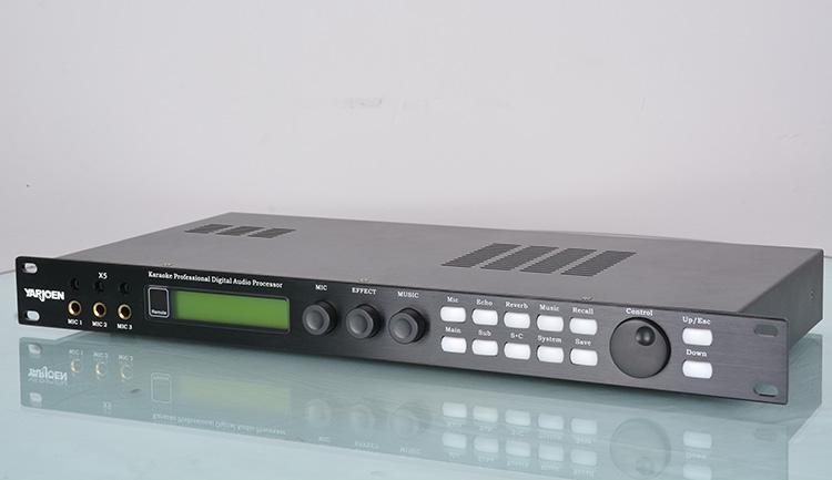 5通道数字专业卡拉OK前级,具有音箱处理器的卡拉OK效果器,每个功能部分都独立可调,且有相应的PC界面,可直观调节,易于操作。 YARJOEN X5不仅具备高速RS232和EXT.REMOTE接口,同时还具备了极具人性化的电脑操控界面,可以直接与电脑或VOD配合使用,组成高档的KTV演唱系统,所有参数均可在VOD显示界面上任意调节。(附带PC控制软件)恒定AUX OUT电平输出,可以直接送到VOD录音设备,记录客人的现场演唱效果。 恒定电平输出克服了传统因VOD信号源电平不一致带来的声音忽大忽小的现象。